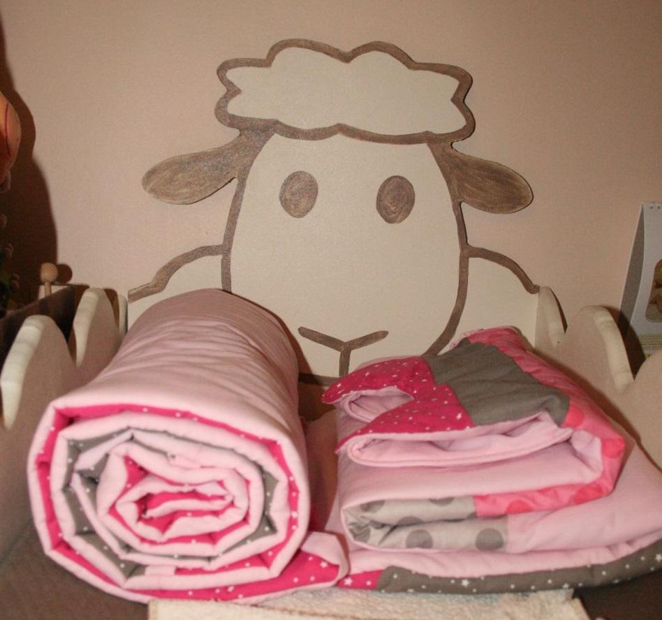 un ensemble de lit toil gigoteuse et tour de lit. Black Bedroom Furniture Sets. Home Design Ideas