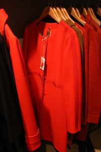 Un magnifique manteau, je suis <3 ! Si vous voulez, c'est bientôt noël :D je fais une taille 42 (http://eshop.bensimon.com/fr/produits/1487-manteau-maxence-rouge)